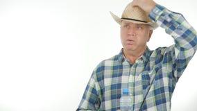 Agriculteur Image In un jour d'été chaud prenant son chapeau photo libre de droits