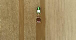 Agriculteur labourant le champ agricole banque de vidéos