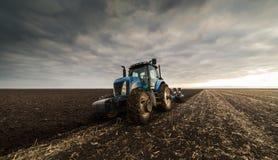 Agriculteur labourant le gisement de chaume photo libre de droits