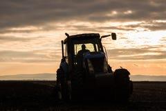 Agriculteur labourant le gisement de chaume photos libres de droits