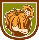 Agriculteur organique Holding Pumpkin Shield rétro illustration stock