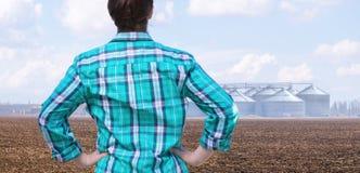Agriculteur regardant la graine et le champ pour le stockage des cultures images libres de droits