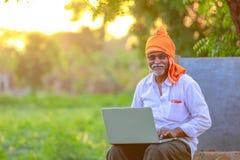 Agriculteur rural indien à l'aide de l'ordinateur portable photo libre de droits