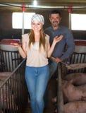 Agriculteur se tenant dans la porcherie Image libre de droits