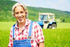 Agriculteur Standing In un champ Photos libres de droits