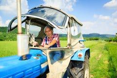 Agriculteur Standing In un champ Image libre de droits