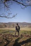 Agriculteur supérieur spring cleaning le verger Photographie stock libre de droits