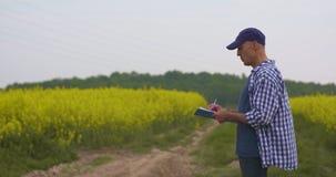 Agriculteur travaillant à l'agriculture de ferme banque de vidéos