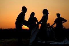 Agriculteur travaillant dans un domaine de riz dans le coucher du soleil Photo libre de droits