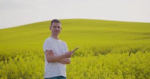 Agriculteur Using Tablet Computer dans le domaine cultivé par graine de colza clips vidéos