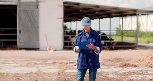 Agriculteur Working d'agriculture de bétail banque de vidéos