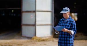 Agriculteur Working d'agriculture de b?tail banque de vidéos