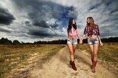 Agriculteurs féminins dans la campagne Images stock