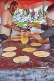 Agriculteurs faisant des talos dans la foire de Santo Tomas San Sebastian Images stock