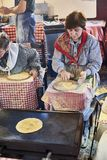 Agriculteurs faisant des talos dans la foire de Santo Tomas San Sebastian Images libres de droits