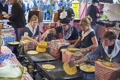 Agriculteurs faisant des talos dans la foire de Santo Tomas San Sebastian Photo stock