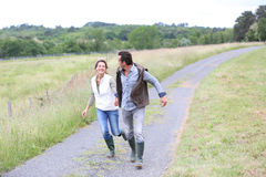 Agriculteurs gais courant dans la campagne Image stock