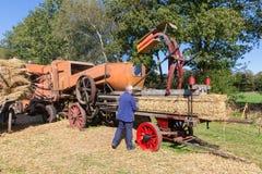 Agriculteurs moissonnant et rassemblant le foin pendant un festival agricole néerlandais Photographie stock libre de droits