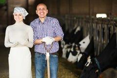 Agriculteurs se tenant ensemble dans l'étable Photographie stock libre de droits