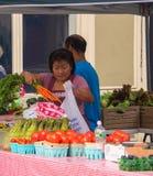Agriculteurs vendant leurs fruits et légumes au marché du ` s d'agriculteur de cette petite ville de New Jersey cette date images stock