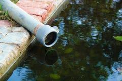 Agricultura cinzenta do equipamento do volume de água Água que flui da tubulação fotografia de stock