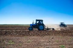 Agricultura com um trator imagens de stock