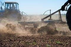 Agricultura com um trator fotografia de stock