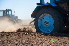 Agricultura com um trator imagem de stock royalty free