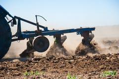 Agricultura com um trator fotos de stock royalty free