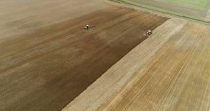 Agricultura - cultivo moderno - granjero 4K que cultiva el campo almacen de metraje de vídeo