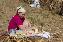 Agricultura de la mujer en el campo del otoño Imagenes de archivo