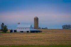 Agricultura do campo do celeiro da exploração agrícola do país de Amish situada em Lancaster fotografia de stock