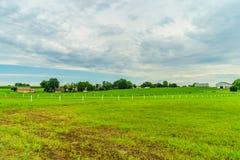 Agricultura em Lancaster, PA do campo do celeiro da exploração agrícola do país de Amish fotografia de stock