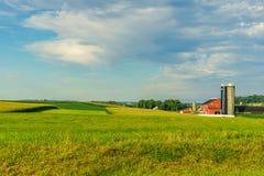 Agricultura em Lancaster, PA do campo do celeiro da exploração agrícola do país de Amish foto de stock