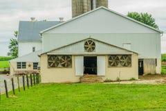 Agricultura em Lancaster, PA do campo do celeiro da exploração agrícola do país de Amish foto de stock royalty free