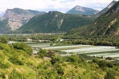 Agricultura entre las montañas de Altos Alpes, Francia imagen de archivo libre de regalías