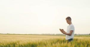 Agricultura Granjero con una tableta digital en el campo almacen de metraje de vídeo