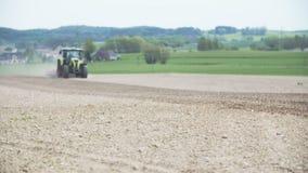 AGRICULTURA - Lanzamiento ancho de la siembra del tractor agrícola y del campo de la cultivación almacen de video
