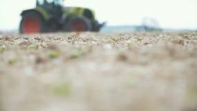 AGRICULTURA - Lanzamiento de Slowmo de la siembra del tractor agrícola y del campo de la cultivación metrajes