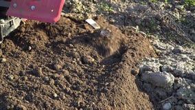 agricultura O carro do fazendeiro Moinhos do cultivador que aram a terra video estoque