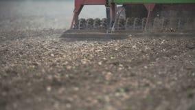 Agricultura - producción alimentaria, plantando maíz, trigo de la cosecha, funcionamiento del tractor metrajes