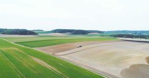 Agricultura - producción alimentaria, plantando maíz, trigo de la cosecha, funcionamiento del tractor almacen de metraje de vídeo