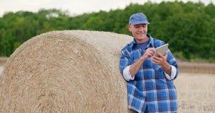 Agricultura que cultiva al granjero que usa la tableta almacen de video