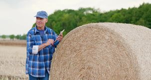 Agricultura que cultiva al granjero que usa la tableta almacen de metraje de vídeo