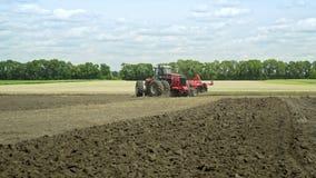 Agricultura rural Maquinaria agrícola em arar o campo filme