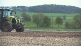 AGRICULTURA - Siembra del tractor agrícola y campo de la cultivación almacen de video