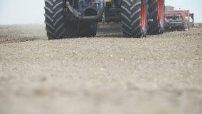 AGRICULTURA - Siembra del tractor agrícola y campo de la cultivación Cierre para arriba almacen de video