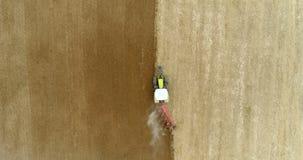 Agricultura - tiro largo do trator que ara o campo 4K video estoque