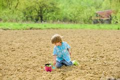 Agriculture et agriculture Jour de terre Dur?e neuve Ferme d'?t? Jardinier heureux d'enfant Travailleur botanique Vue au ch?teau  photographie stock