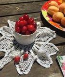Agrida com cerejas em um doily branco do rochet do  de Ñ Fotos de Stock Royalty Free